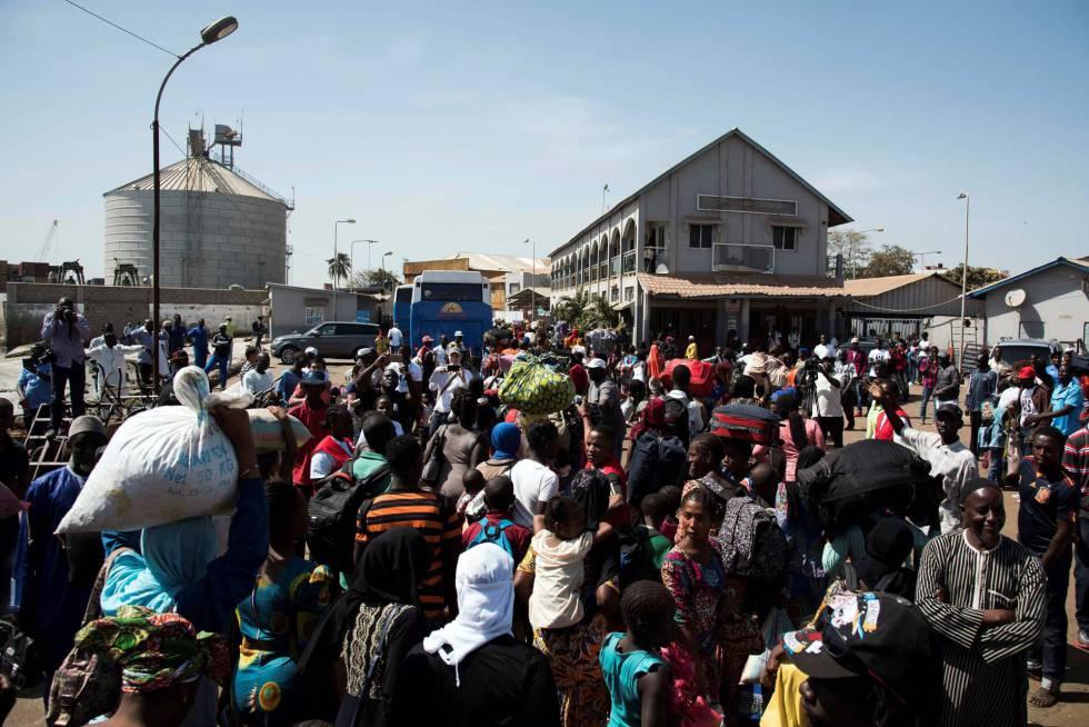 Una multitud que había huído por el temor a una revuelta vuelve a Banjul, este domingo