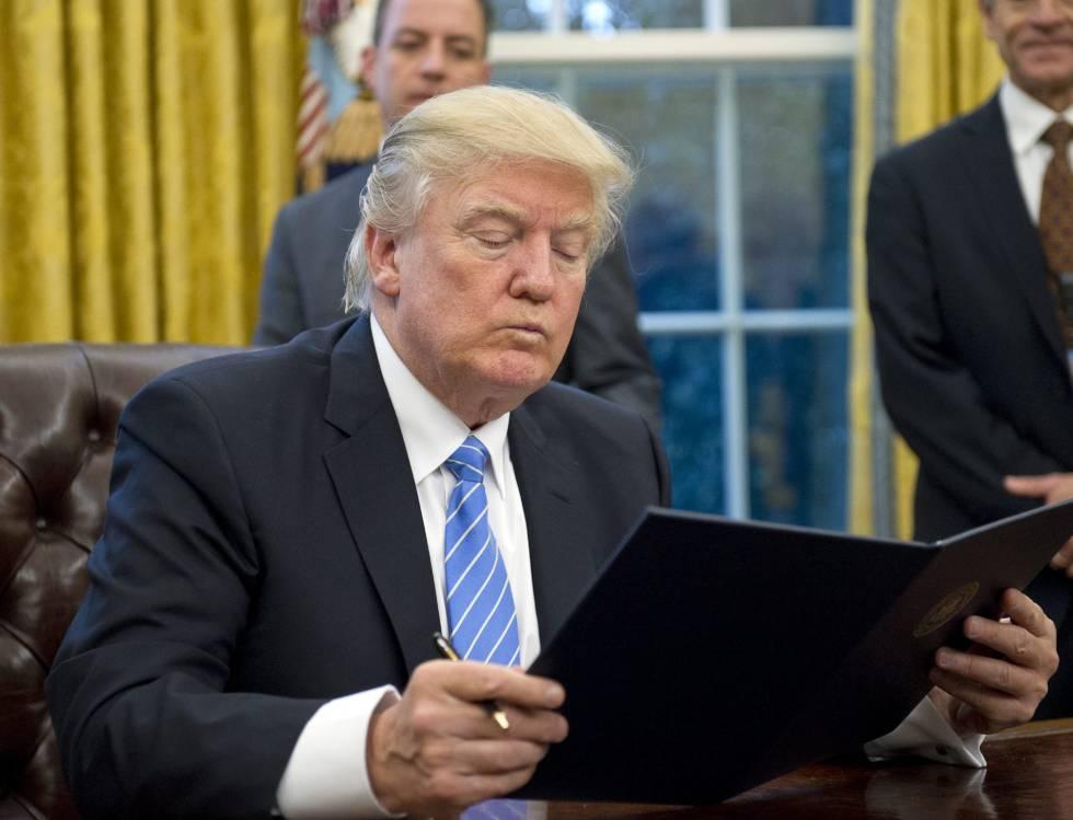 Trump tras firmar una orden ejecutiva.