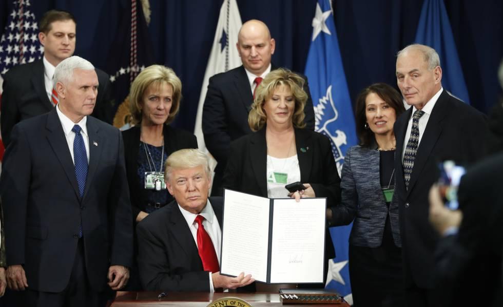 Donald Trump, tras firmar la orden ejecutiva para la construcción del muro de México.