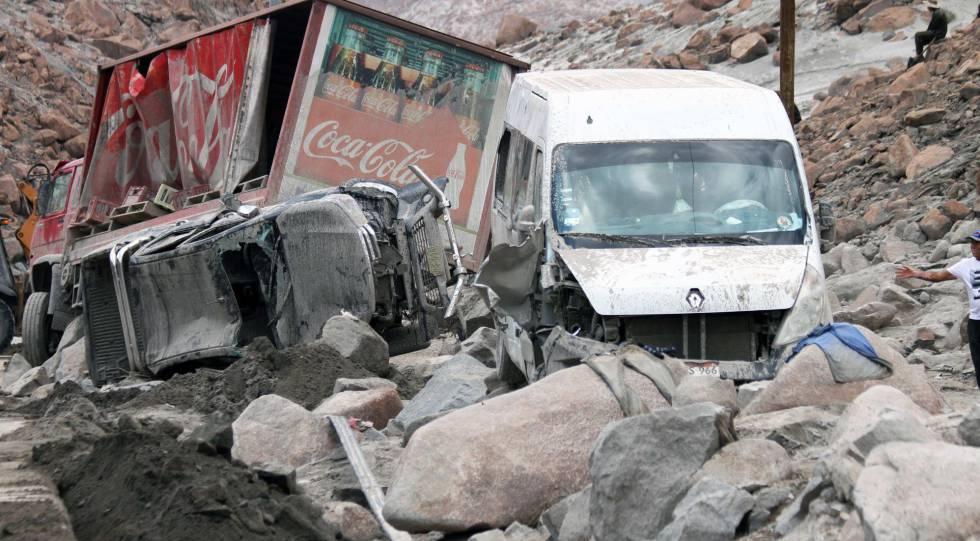 Tres vehículos arrollados por el agua en Arequipa