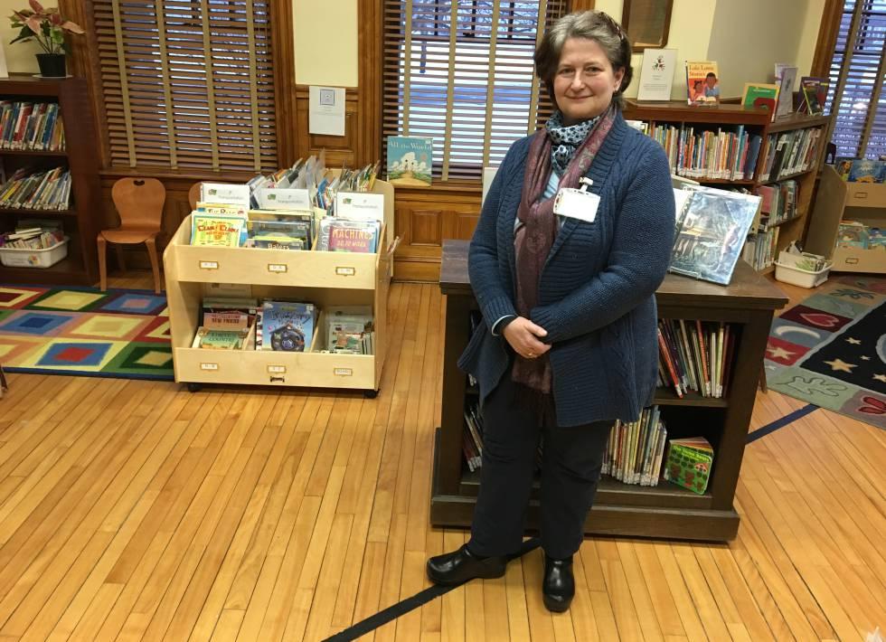Nancy Rumery junto a la línea que delimita la frontera entre Estados Unidos y Canadá en la biblioteca Haskell, el pasado miércoles