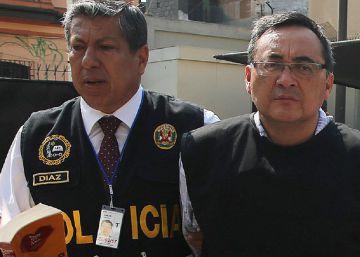 El exviceministro de Comunicaciones peruano Jorge Cuba, investigado por el supuesto cobro de sobornos de Odebrecht, es custodiado por la policía a su llegada a Lima desde Estados Unidos, el pasado 31 de enero.