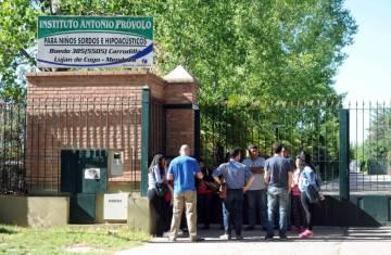 Familiares aguardan noticias frente a la sede del Instituto Próvolo de Mendoza.