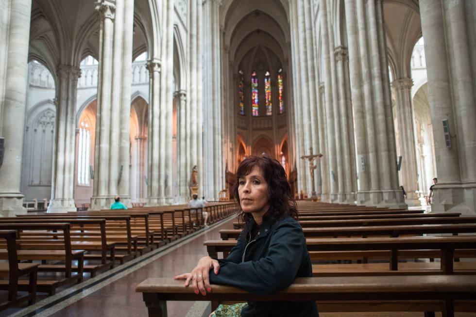 Julieta Añazco, sobreviviente de abuso sexual eclesiástico en su infancia, en la catedral de La Plata.