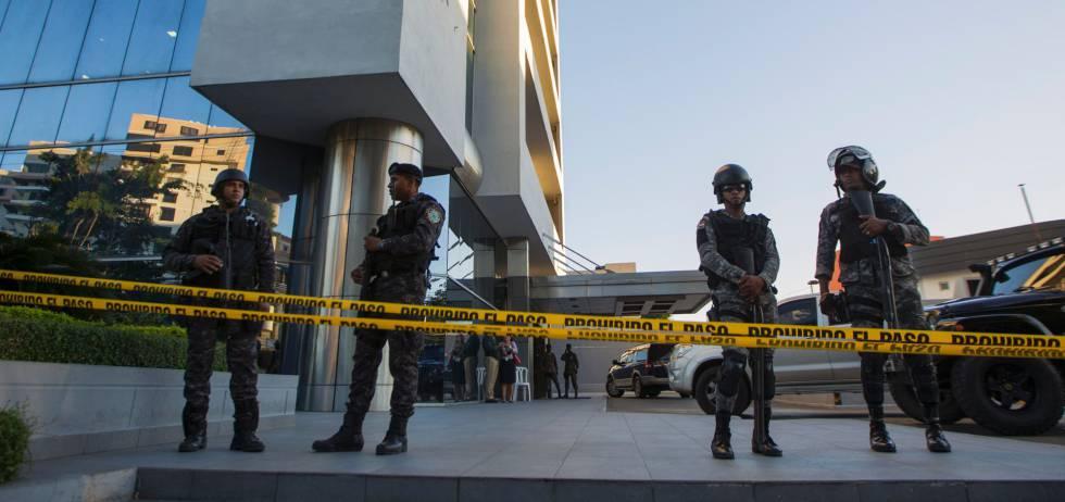 Sede de las oficinas de la compañía Odebrecht, custodiadas por la polícia.