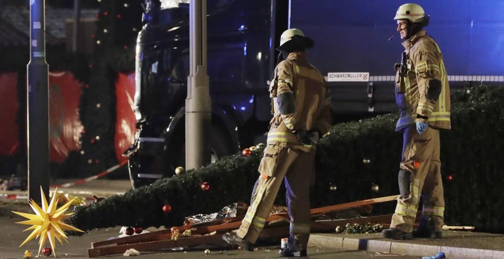 Bomberos junto al mercado navideño de Berlín que sufrió un atentado islamista el pasado 19 diciembre, dejando 12 muertos.
