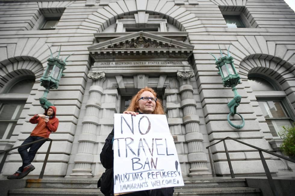 Una mujer protesta contra Trump frente a la Corte de Apelaciones de San Francisco.