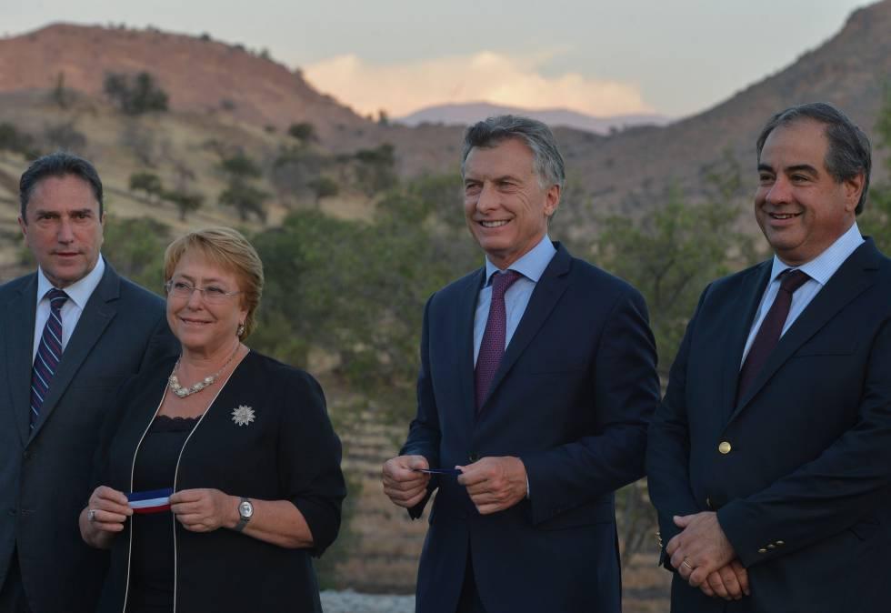 Bachelet e Macri em Colina, no Chile, durante a comemoração do 200º aniversário da batalha de Chacabuco.