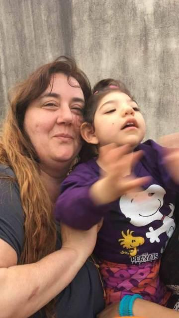 La activista junto a Delfina, a quien provee aceite.