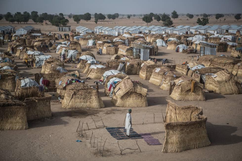 Un hombre reza en el campo de refugiados de Muna Garage, en Maiduguri.