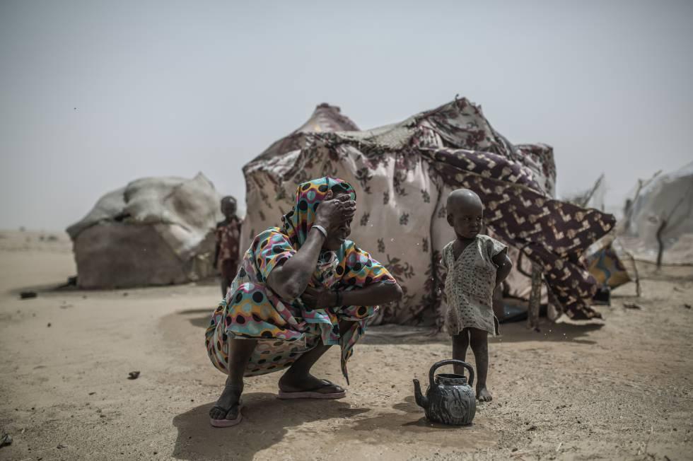 Una madre refugiada con su hijo en el campo de Sayan, Níger.