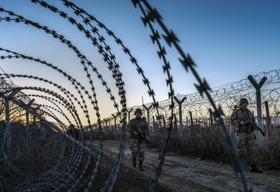 Un grupo de militares patrulla ayer junto a la valla fronteriza con Grecia en la población macedonia de Gevgelija.