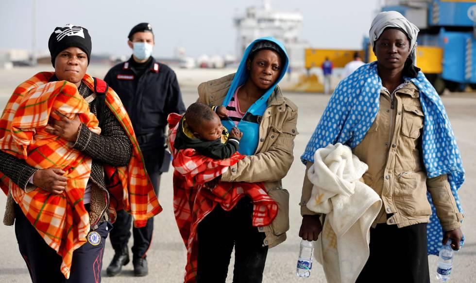 Mujeres migrantes desembarcan en la costa de Sicilia, Italia el pasado sábado. rn