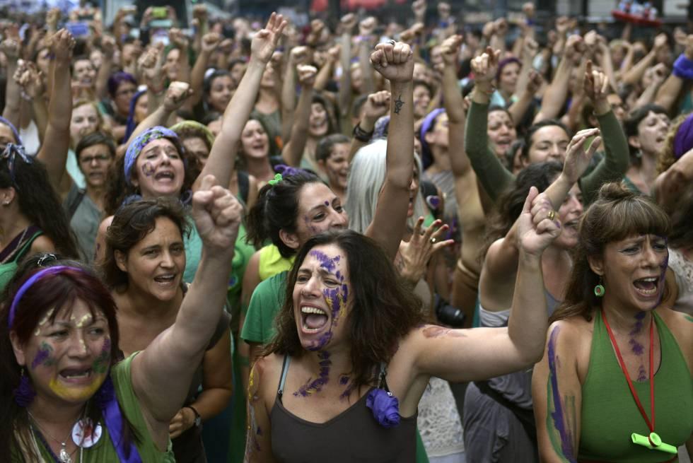 Manifestación de mujeres argentinas en la Plaza de Mayo con motivo del Día Internacional de la Mujer.