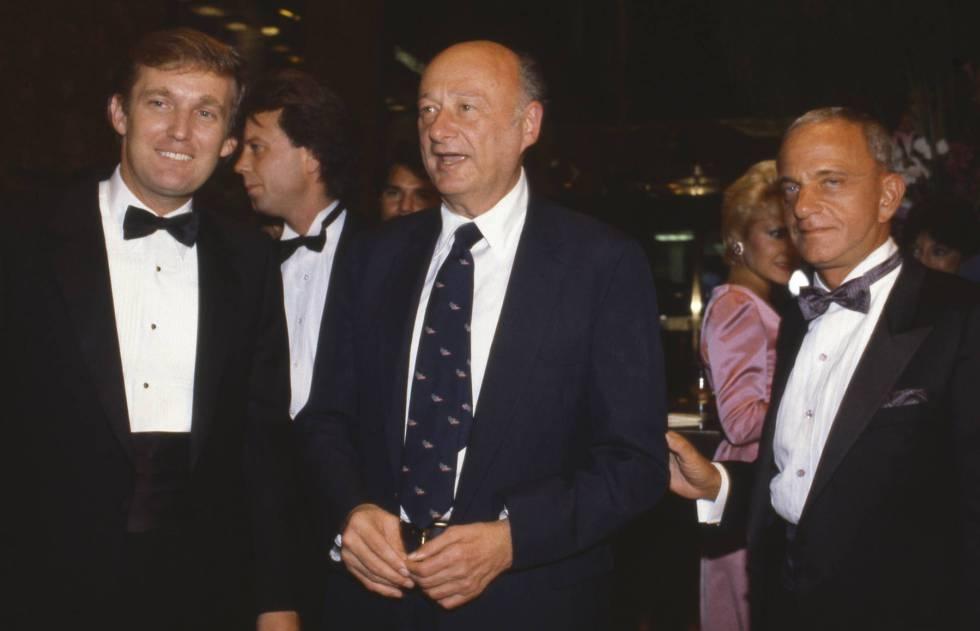 De izquierda a derecha, Donald Trump, el alcalde Ed Koch y Roy Cohn en la inauguración de la Torre Trump en 1983.