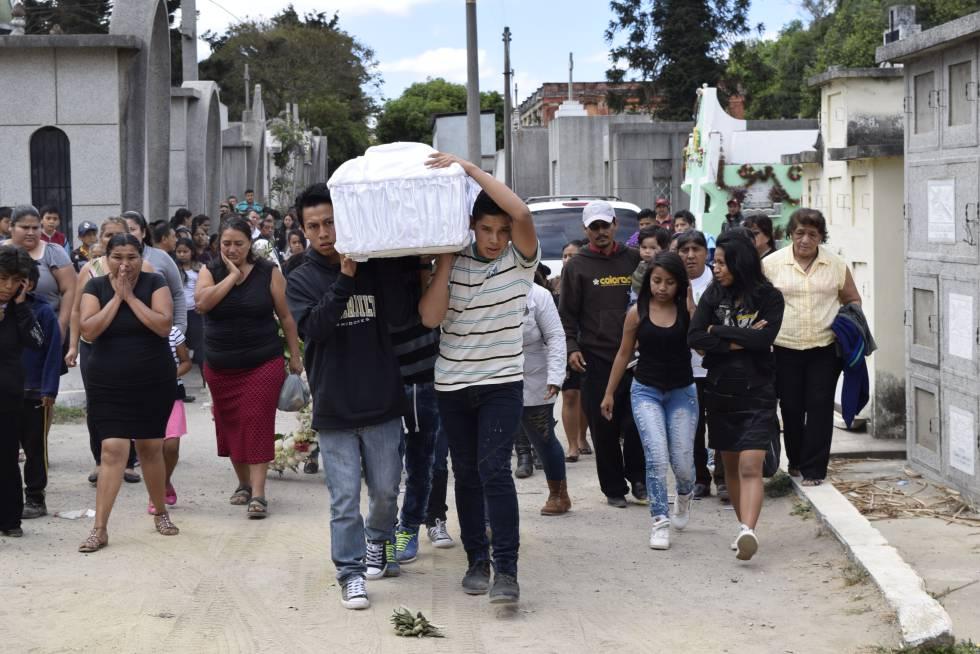 Familiares cargando el féretro de una de las víctimas