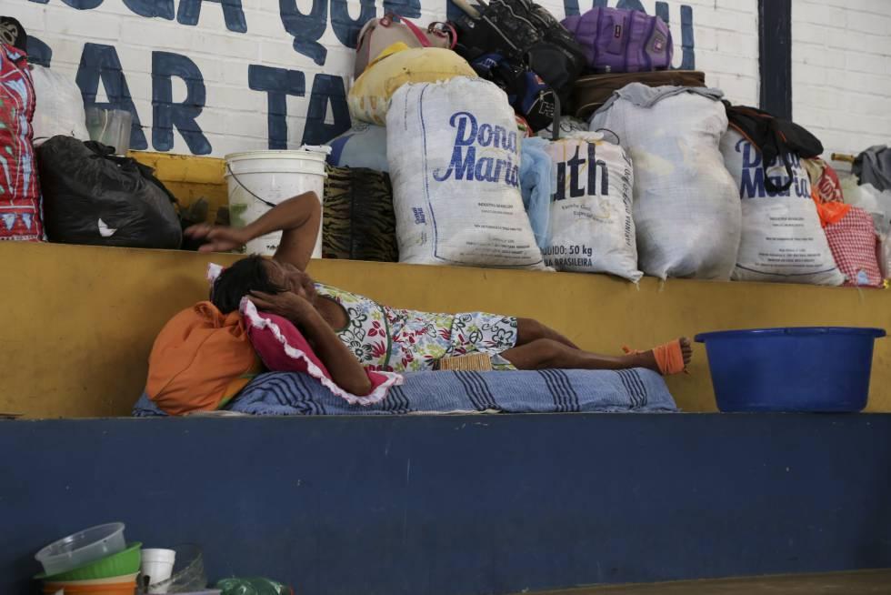 Una de las inmigrantes venezolanas alojada en un polideportivo de la ciudad de Boa Vista (Brasil).