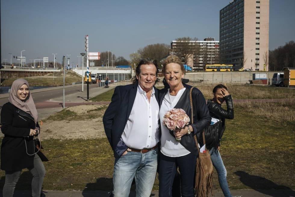 Annneke, con el ramo de novia, se dirige al ayuntamiento del norte de Ámsterdam en el que se va a casar