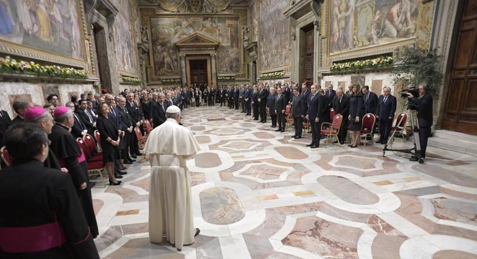 El papa Francisco, de espaldas, ante los líderes de la UE.