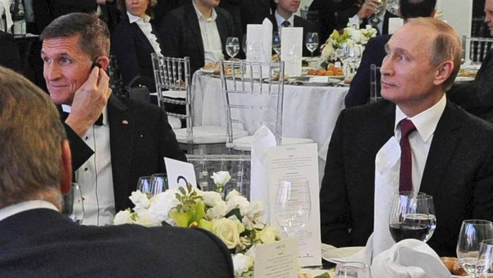 El exteniente general Michael Flynn en una cena copn Vladímir Putin.