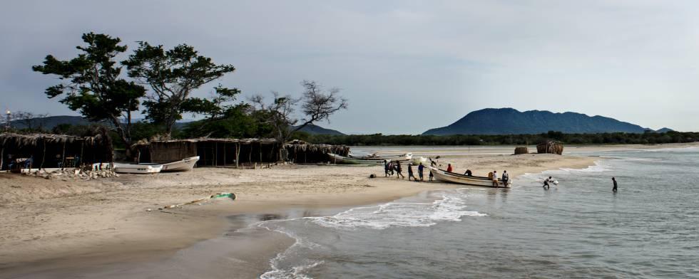 Pescadores en una playa fronteriza entre México y Guatemala