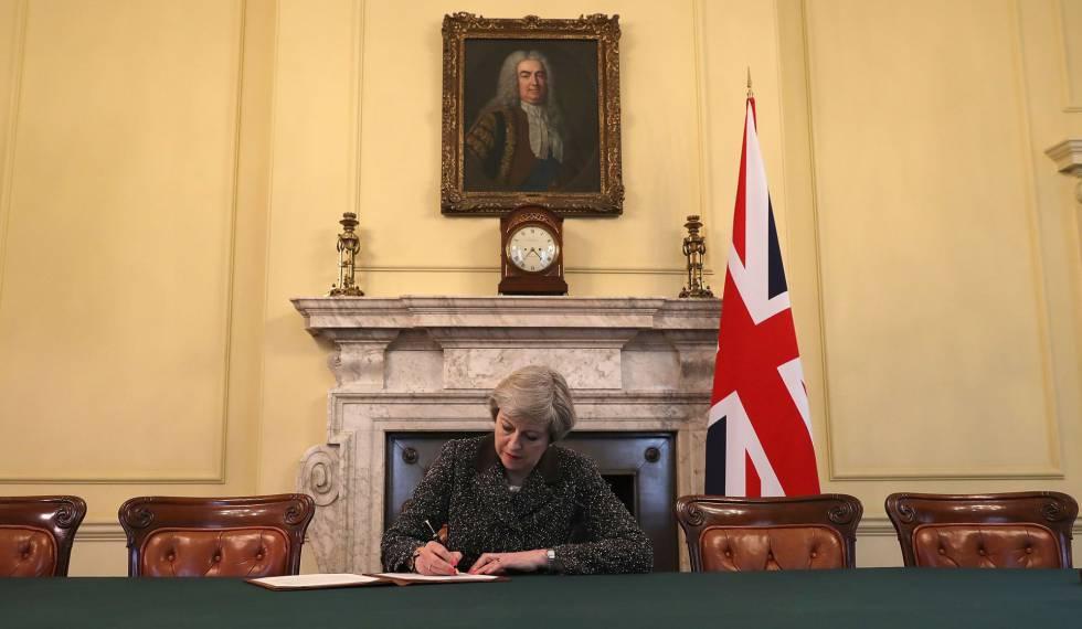 Theresa May assina carta que pede a saída do Reino Unido da UE