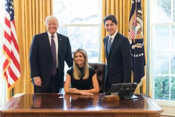 Ivanka Trump entre seu pai, Donald Trump, e Justin Trudeau, no despacho Oval.