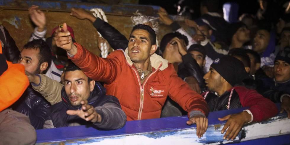 Migrantes en una embarcación a largo de las costas de Libia, este miércoles.