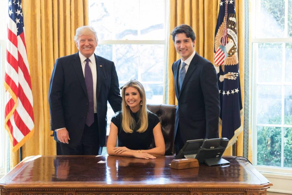 Ivanka Trump entre su padre, Donald Trump, y Justin Trudeau, en el despacho Oval.