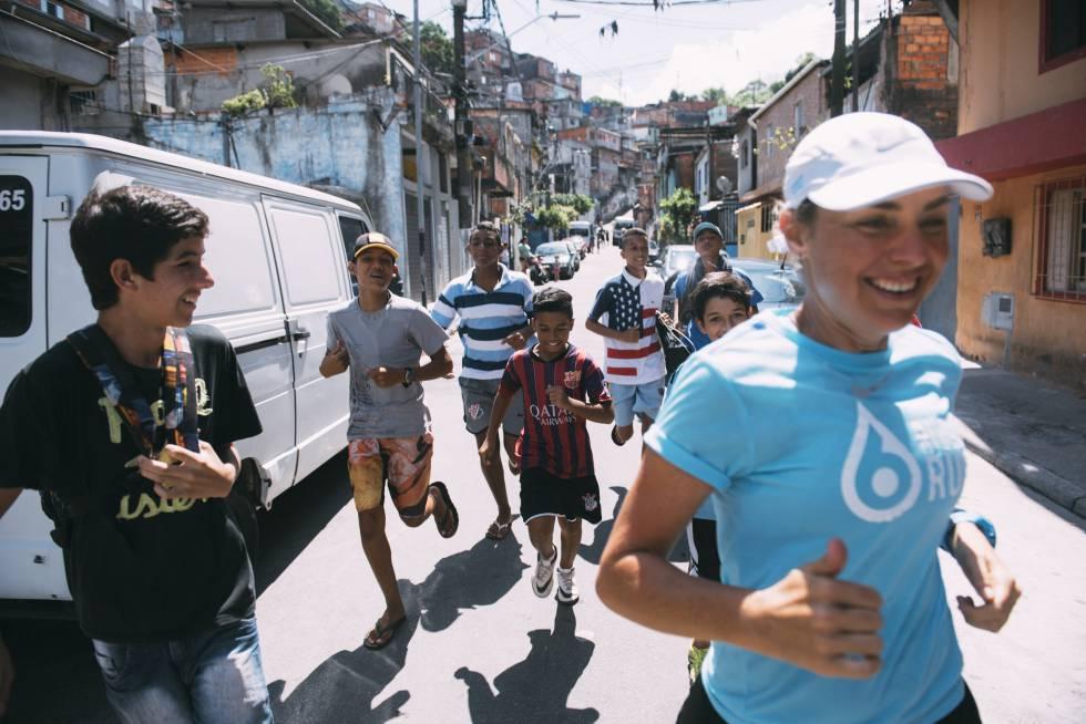 Mina Guli corre junto a varios seguidores por las calles de São Paulo.