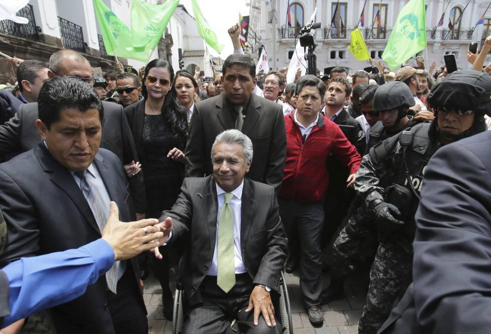 Lenín Moreno, rodeado de seguidores ayer en Quito.
