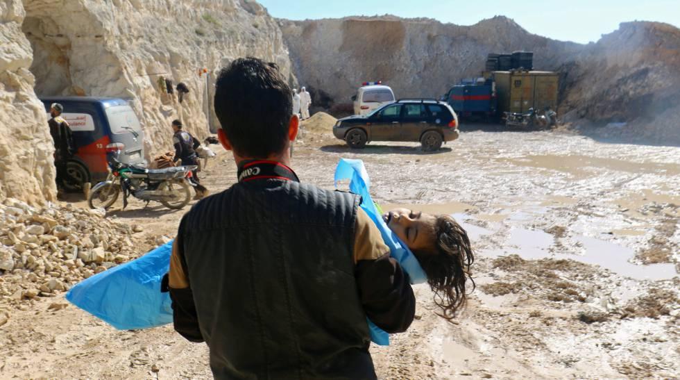 Un hombre con el cadáver de un niño tras el presunto ataque químico
