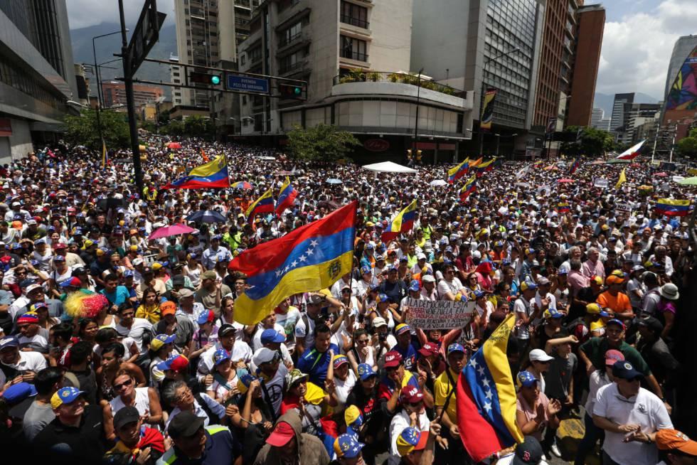 Manifestantes opositores marchan en Caracas