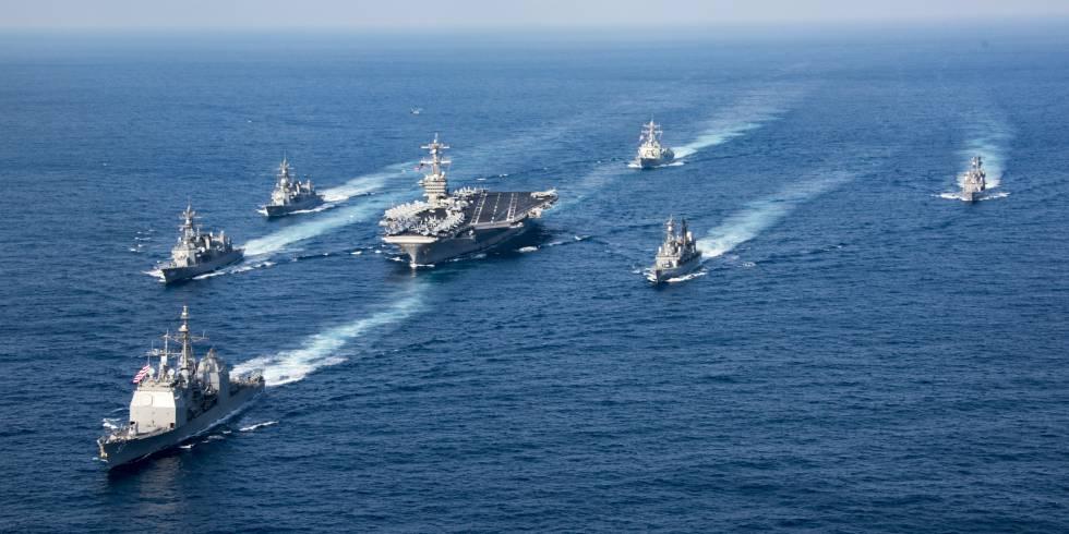 El grupo de combate, con el Carl Vinson en el centro, en aguas del Pacífico