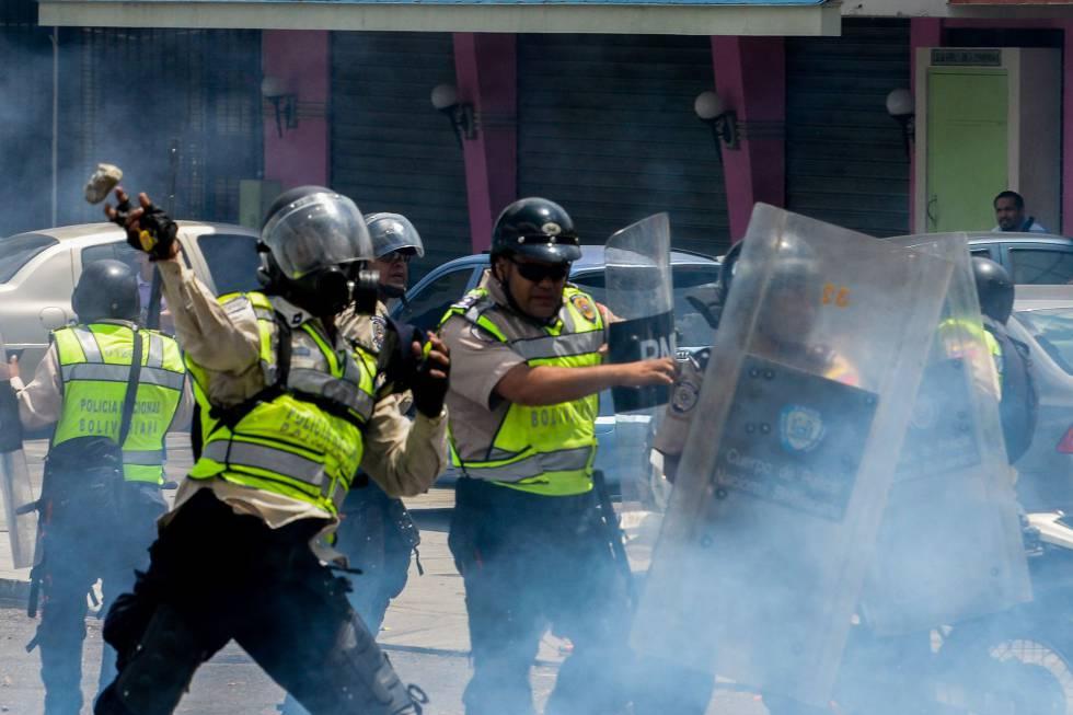 La Policía Bolivariana se enfrenta a los manifestantes en Caracas.