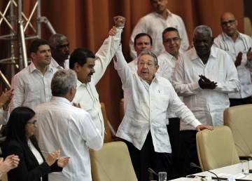 Raúl Castro levanta el brazo de Nicolás Maduro en un acto de apoyo a Venezuela este lunes en La Habana