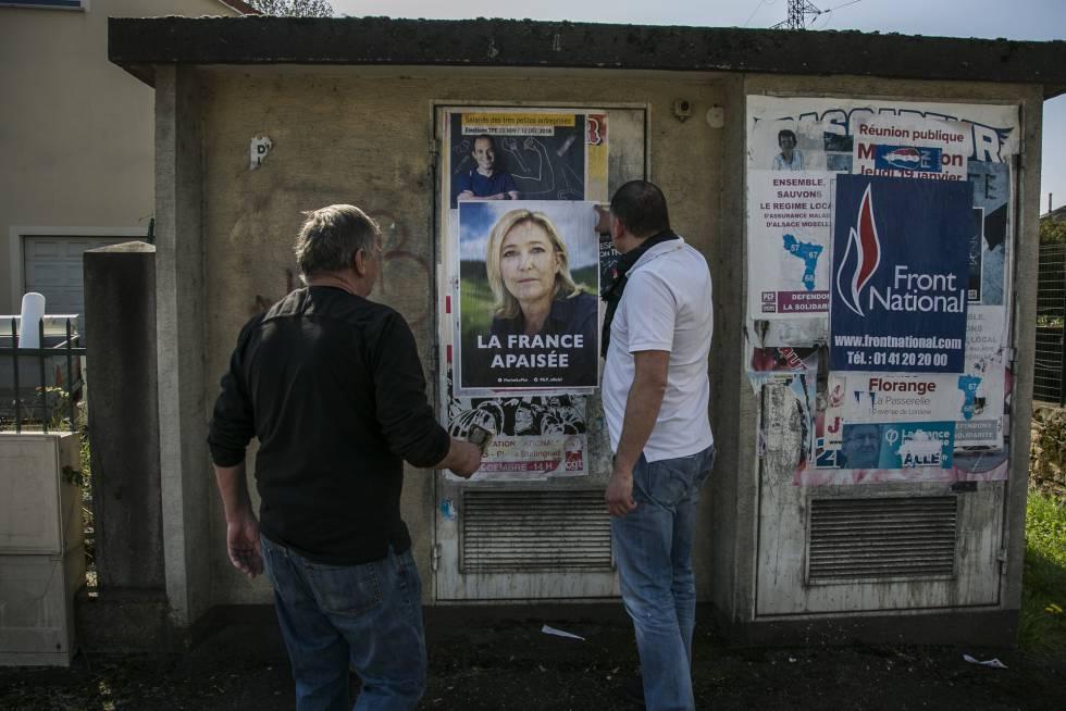 Un grupo de militantes del Frente Nacional hacen una pegada de carteles electorales en Hayange.