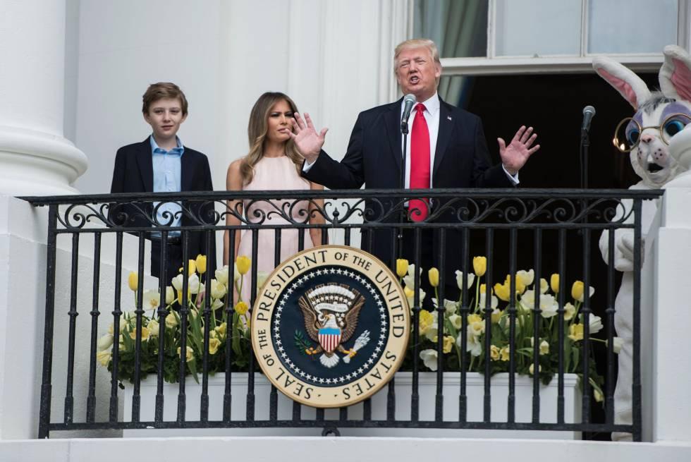 Trump, este lunes, en un acto de Pascua junto a su esposa e hijo