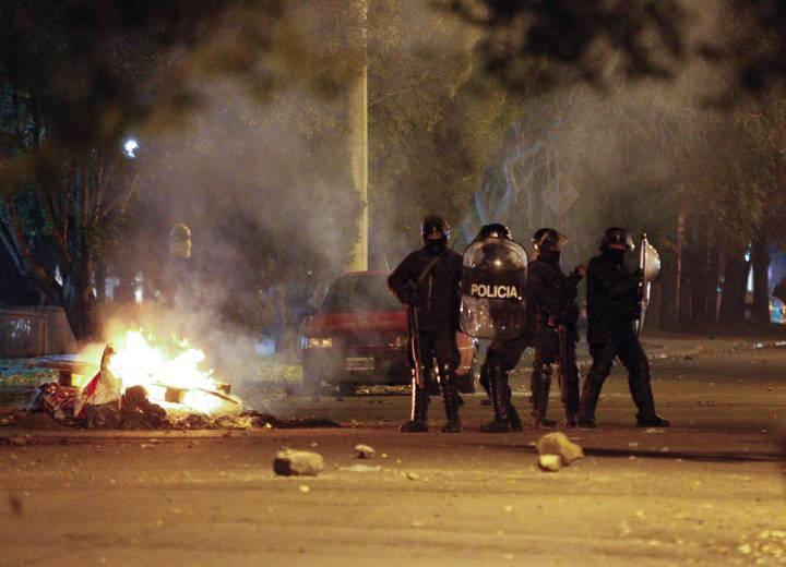 Policías a las puertas de la residencia de la gobernadora de Santa Cruz, Alicia Kirchner.
