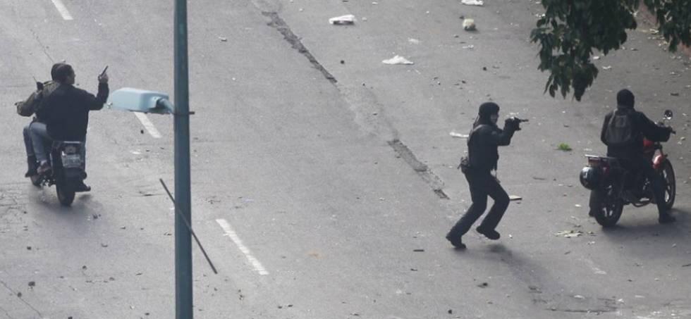 Civiles armados comienzan a apuntar contra los manifestantes.