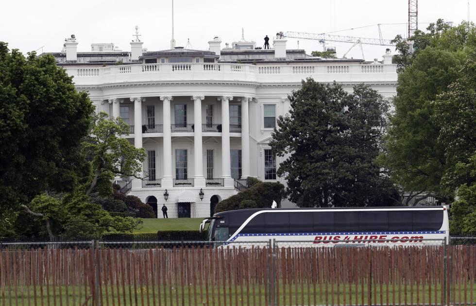 Un autobús llega este miércoles a la Casa Blanca con senadores para una inusual reunión sobre Corea del Norte