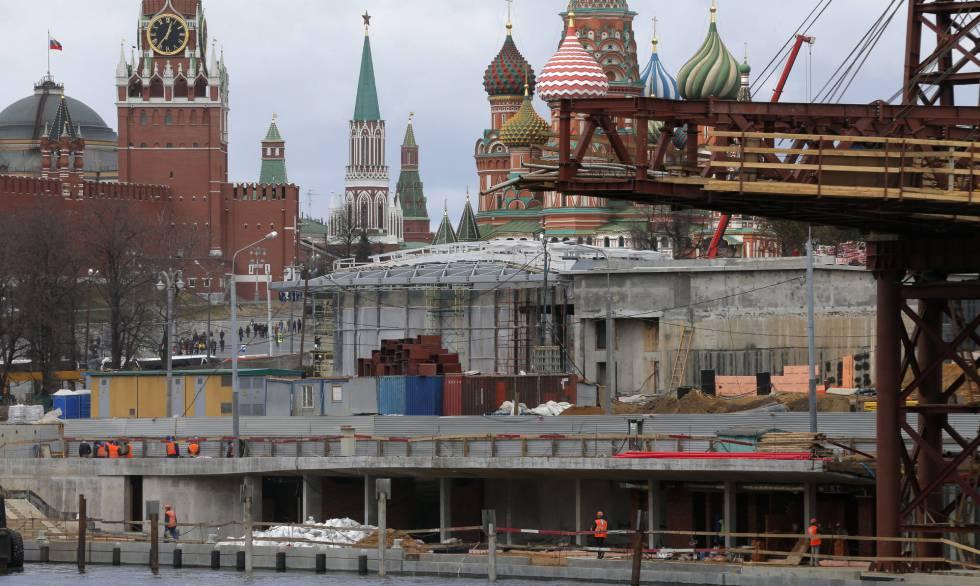 Obreros trabajan en la construcción de un parque frente al Kremlin el pasado domingo. rn
