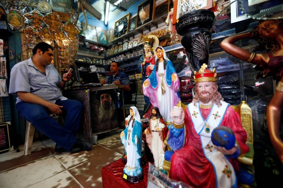 Interior de una tienda de recuerdos de la visita del Papa.