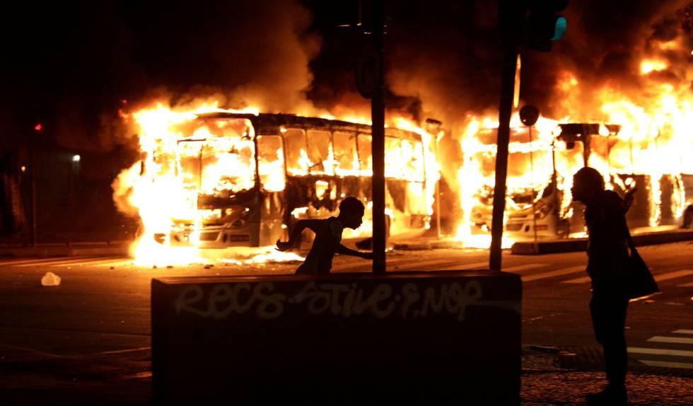 Autobuses incendiados tras la manifestación celebrada en Río de Janeiro.