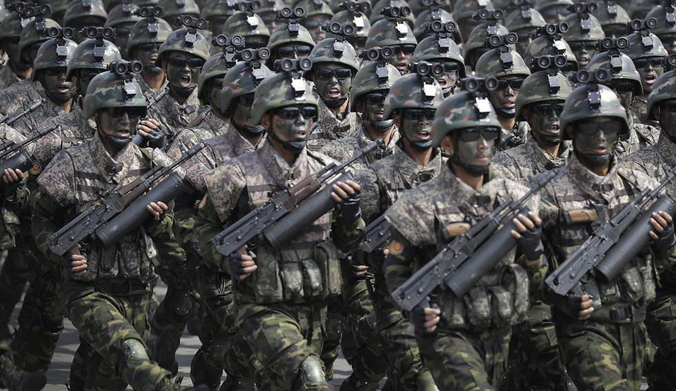 Soldados norcoreanos desfilan ante Kim Jong Un.