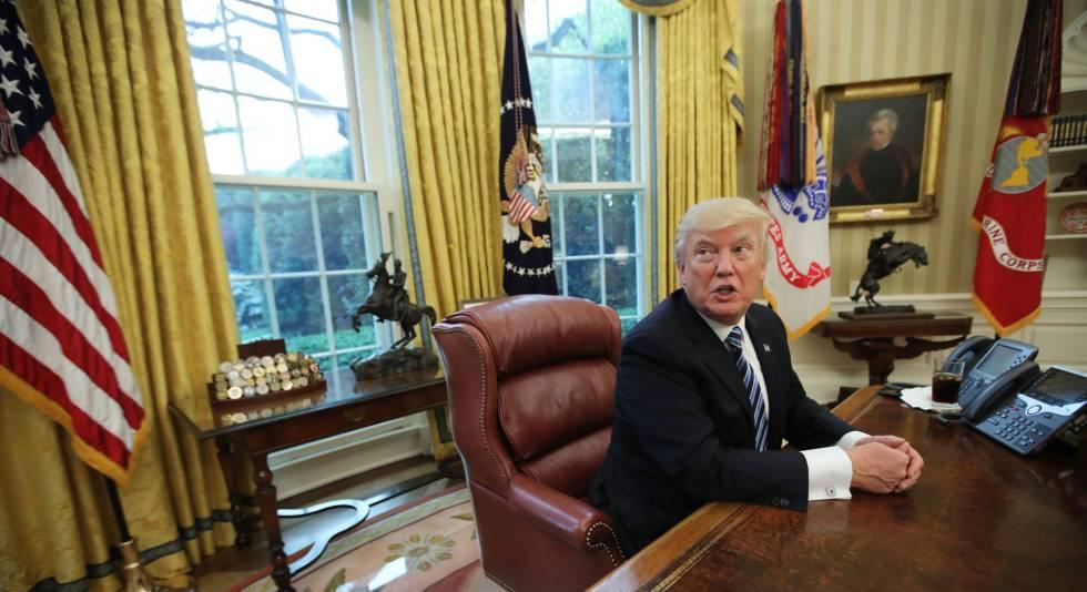 El presidente en su mesa de trabajo con su Coca Cola.