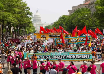 Miles de personas salen a la calle en Washington en defensa del clima