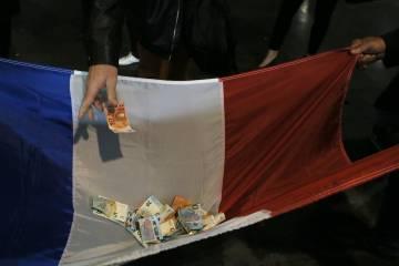 Simpatizantes de Le Pen arrecadam dinheiro em um de seus atos.