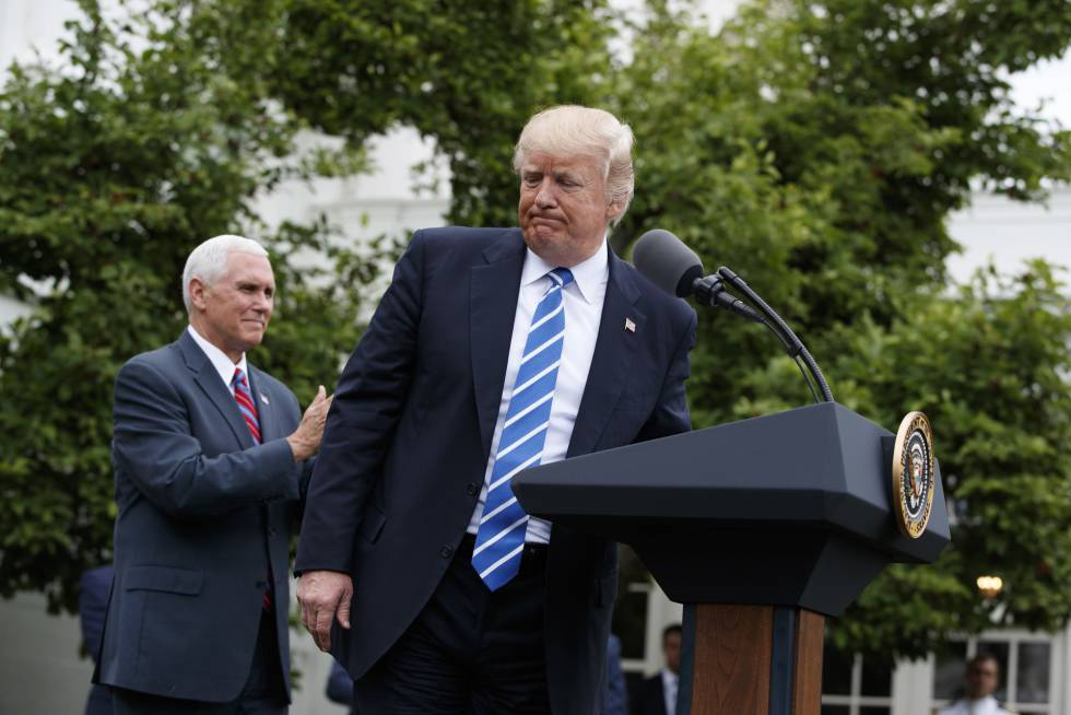 Donald Trump, con el vicepresidente, Mike Pence, este lunes en Washington.