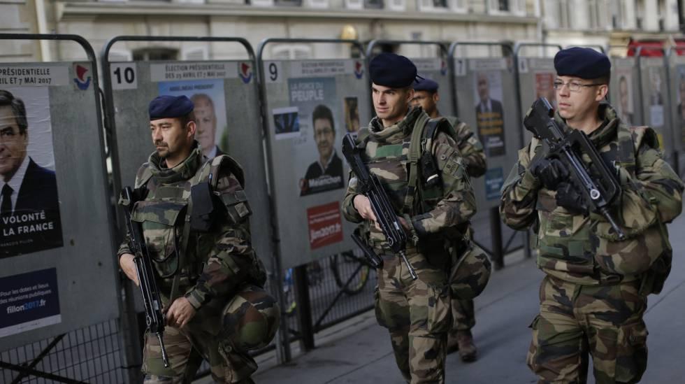 Soldados franceses por las calles de París.